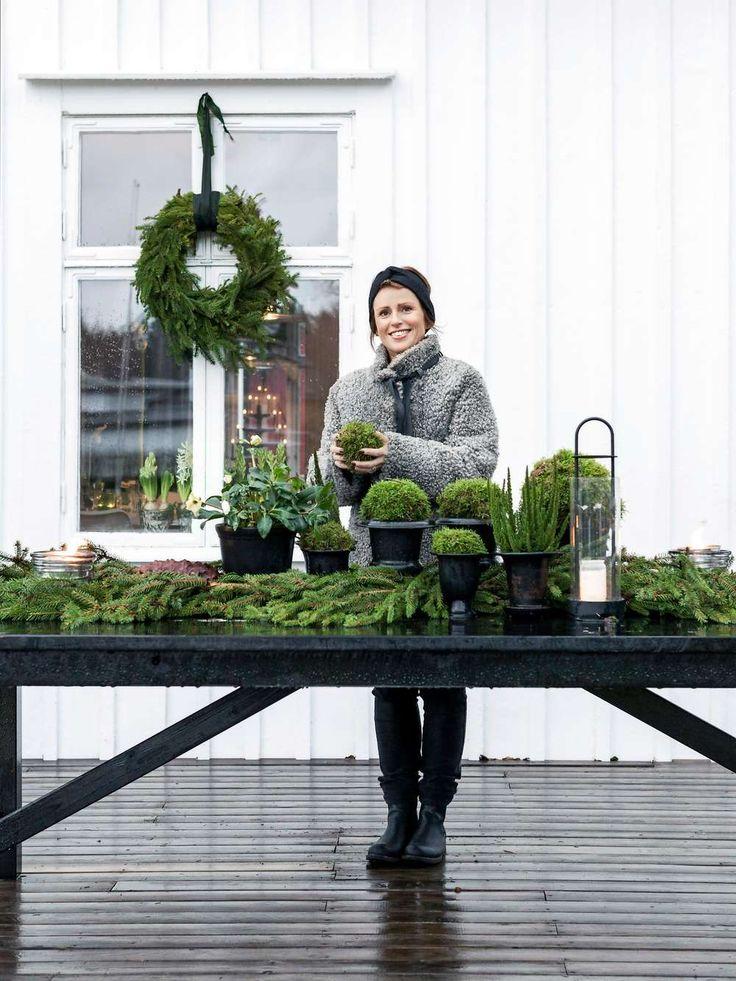 """Anna inreder med mottot """"grönt är skönt"""", eftersom hon anser att ett hem mår bra av växter och gröna toner och att grönt ger inredningen liv. Denna inredningsfilosofi märks inte minst under julen. Här och där finns vackra stilleben där levande ljus och glasföremål kombineras med växter av olika slag, och i fönstret står rara hyacinter på rad."""