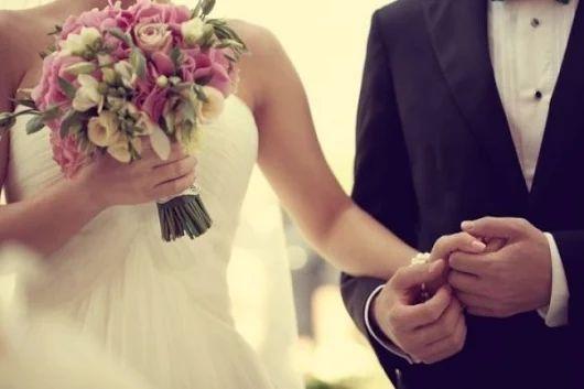 Dnes majú manželia dôvod na oslavu, 12. február je totiž Svetovým dňom manželstva - oslavuje sa druhú nedeľu vo februári. Myšlienka oslavovať tento deň sa zrodila v meste Baton Rouge, Louisiana v roku 1981. Pripomíname si krásu, vernosť, obeť a radosť v manželskom živote. Manžel a manželka sú symbolicky videní ako dve sviečky, ktoré dávajú životu svetlo. Pár je spojený srdcom a ich láska je sila, vďaka ktorej sú úspešní, životodarní a inšpiráciou pre ostatných.