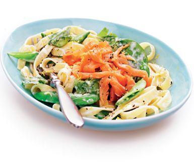 Snabblagad rätt som du lagar medan pastan kokar. Såsen gör du på matlagningsgrädde, sugarsnaps, babyspenat och kallrökt lax i skivor. Krämigt och gott!