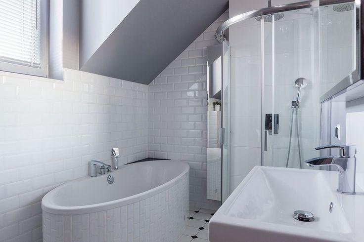Zabudowana wanna w białej łazience. #design #urządzanie #urząrzaniewnętrz #urządzaniewnętrza #inspiracja #inspiracje #dekoracja #dekoracje #dom #mieszkanie #pokój #aranżacje #aranżacja #aranżacjewnętrz #aranżacjawnętrz #aranżowanie #aranżowaniewnętrz #ozdoby #łazienka #łazienki #wanna