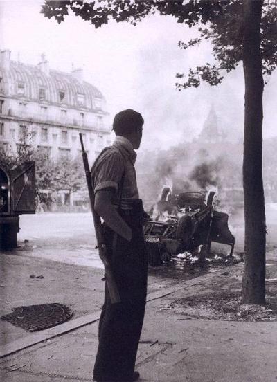 Robert Doisneau, Place Saint-Michel, Paris, 1944