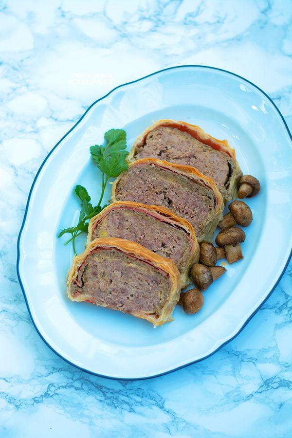 Meatloaf Wellington wrapped in puff pastry // Recipe on http://noodloves.it/polpettone-in-crosta-wellington/ // Minced Beef Wellington, Mushroom pâté, Party food, Polpettone in crosta, Pasta sfoglia, Filetto alla Wellington, Carne, Polpette, Christmas recipes, Comfort food, Meat meals, Prosciutto