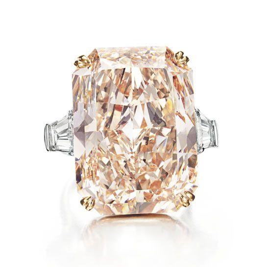 Magnificent Jewels Christie's New York. bague en diamant rose taille rectangulaire de 35.60 carats en platine et or 18 carats
