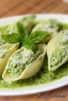 Italian Food - Conchiglioni ripieni di ricotta e pesto apl basilico