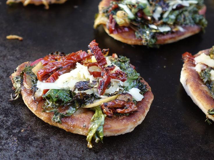Julig pizza med grönkål, äpple och soltorkade tomater | Recept från Köket.se