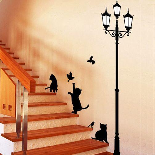 Wall-By-Wall   Lantaarnpaal muursticker met katten. Met deze muursticker breng je het romantische, oude Engeland weer helemaal terug tot leven. Je kan zelf kiezen hoe je de katten, vogels en de lantaarnpaal bevestigd en zo je kamer tot een leuke, originele en decoratieve plek brengt.