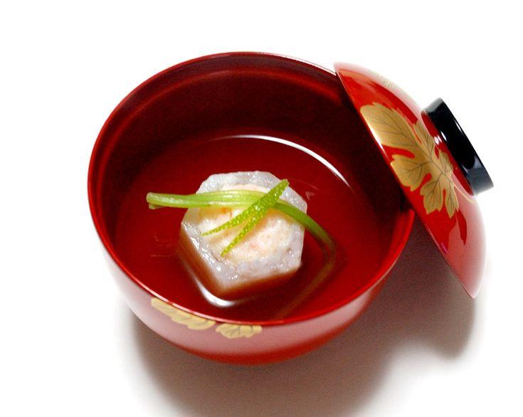 旬のかぶを六角形の釜型に切って、中をくりぬいて海老のすり身を詰めたお吸い物。