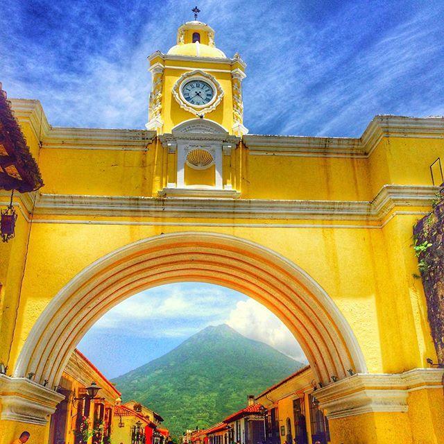 #buenosdiás 久々の晴天☀︎火山も活動‼︎ 今日まで山が台形と思ってた(上の方雲で隠れててw) #Guatemala #グアテマラ  #Antigua #アンティグア #tripstagram  なんでここにずっといるかって⁇ スペイン語の語学学校に通ってるから♡←今更(⌓⍢⌓〣)笑 #español #dificil