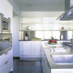 Cocina trendy - Kuali cocinas http://kualicocinas.com/  muebles laminados en blanco brillo