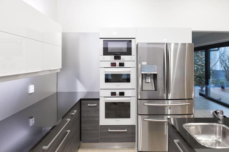 Uuni, hyöryuuni ja mikro ovat kätevästi käden ulottuvilla. Jääkaapissa on French door -tyyppiset pariovet ylhäällä ja alhaalla laatikko pakastimelle.
