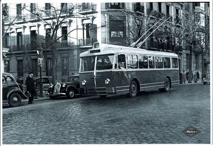 Trolebús circulando por las calles de Madrid. 1950. Procedente del Archivo fotográfico de Metro de Madrid. Fuente: Memoria de Madrid.