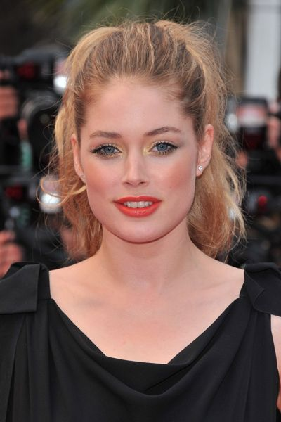5 min hairstyles - have moved far beyond the realm of the hairstyle you wore all throughout middle school. Doutzen's totally sexy high ponytail has tons of body and a little pouf to go with her coral pout.