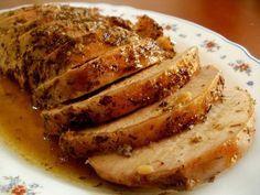Hoy les traigo la receta de un lomo de cerdo asado en el horno que queda muy jugoso y tierno gracias a una sencilla marinada. Me gusta marinar previamente este corte de carne antes de asarlo para asegurarm