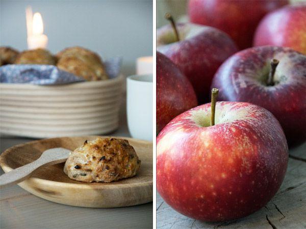 Æbleboller med groft revet æble er så efterårshyggelige og de syrlige æbler får godt modspil af kanel og græskarkerner - Få opskrift her
