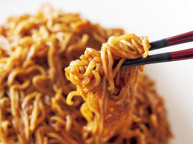 《 浅草 》コース(¥6,000)の〆に登場する「具なしソース焼きそば」。肝となるのは、「自分が食べるトンカツソースを探していたら行き着いた」という京都の無添加ソース  鼻孔を刺激する、麗しき無添加ソースの香り 『龍圓』  時にフレンチの技法を使い、時に和の食材を取り入れたり。ジャンルという垣根を軽々と超越した中国料理で、数多の食通を唸らせる『龍圓』。その美食の根底を支えるのは、生産者の元を訪れ、自ら納得したものだけを使う徹底したまでの食材選びにある。   味付けはウスターと中濃のソースにスープを少し加えるのみで、具材は一切ない。供されれば隣のテーブル客が気が気でないほど芳醇な香気がふわり。栖原氏が惚れ込んだ麗しきソースの香りをとくと堪能あれ!