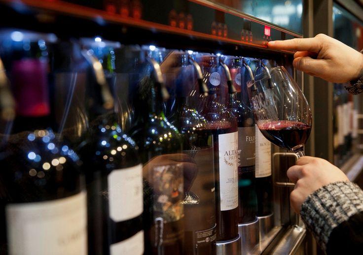 La producción mundial de vino en 2016 fue una de las más baja de los últimos 20 años, pero 259 millones de hectolitros todavía dan para rellenar muchísimas botellas. Así que, a la hora de elegir, la encuesta anual sobre las marcas de vinos más admiradas del mundo de la revista Drinks International puede resultar