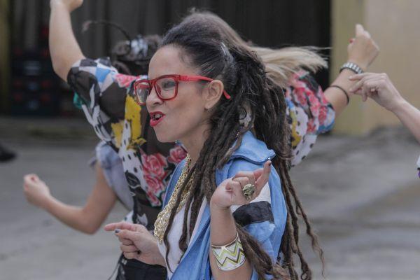 """MISS BOLIVIA presenta EL PASO nuevo single y video de su álbum PANTERA   Miss Bolivia presenta su nuevo single """"El Paso"""" con un flamante videoclip dirigido por Daniel Ortega sobre un guión de Paz Ferreyra. Tanto la canción como el video apuntan a retratar una instantánea de la actualidad social y cultural sin dejar de lado el humor el filo y la elegancia a través de la lírica y el ritmo de esta potente cumbia que pisa fuerte de principio a fin. En las letras como también en los estilos…"""