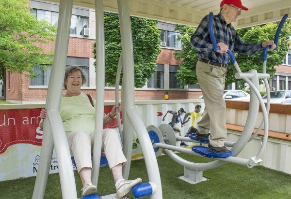 Durant les deux dernières semaines de juillet 2014, le conteneur Conex (conteneur et exercices) était posé devant une résidence pour personnes âgées. Quartier NDG, Montréal.