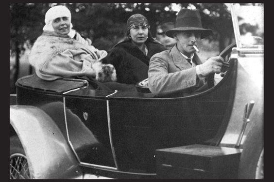 Regina Maria cu Mărioara (Mignon) şi Nicolae (Nicky).