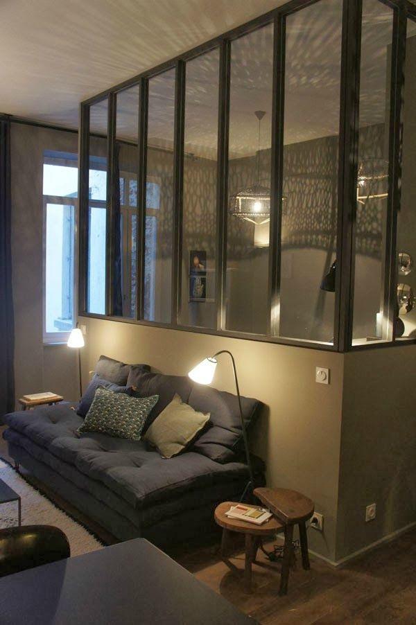Ambiance chaleureuse et intimiste pour ce petit appartement de 35m²! Teintes profondes allant du gris au bleu encre, linge de maison de...