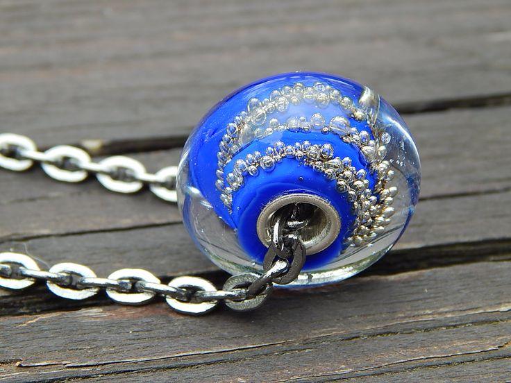 Air Přívěsek na náhrdelníku tvoří autorský korálek, uvinutý z italského skla. Je zavěšen na masivním řetízku ve starostříbrné barvě, zapínání na karabinku. obvod 60 cm