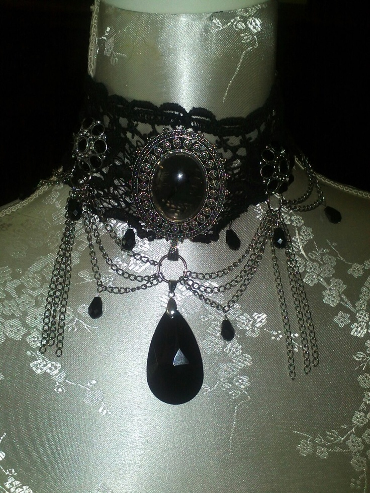Gothic Victoriaanse choker in zwart en oud zilver gemaakt van 30 jaar oud Venetiaans kant aangevuld met een grot zwart zilveren ornament en zwarte kristallen