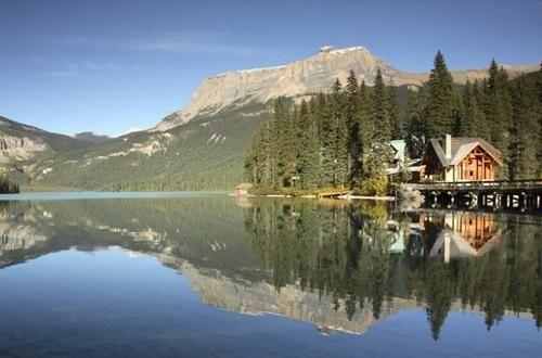 Nel mezzo dell'Emerald Lake, circondato dalle Rocky Mountains, il ristorante dell'Emerald Lodge in Canada offre menu a base di alce, bisonte e caribu