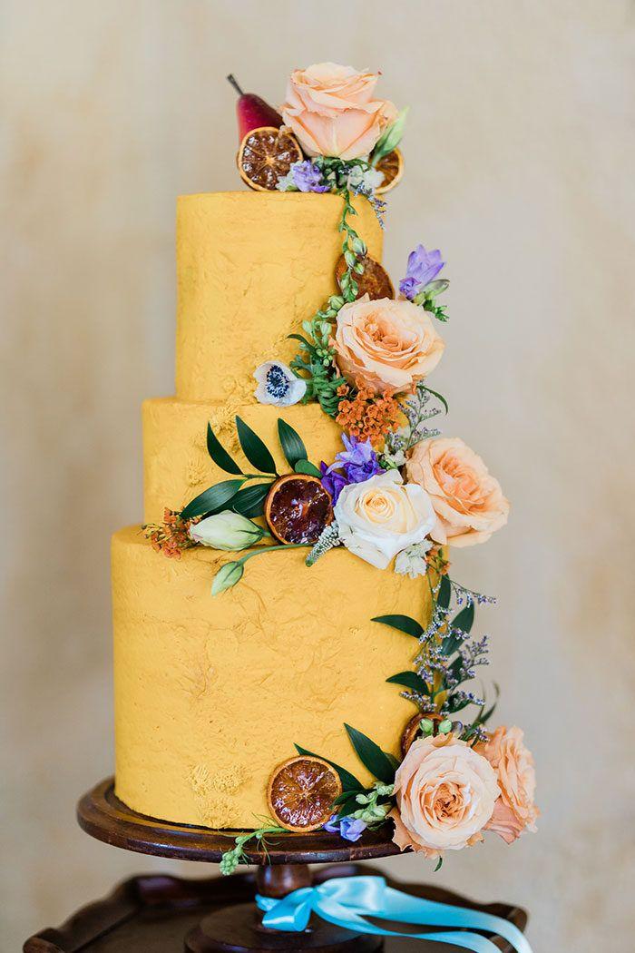 Buttercreme-Hochzeitstorte im Ringelblumengelb mit frischen Blumen und Trockenfrüchten   – Wedding