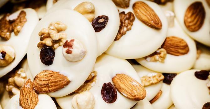 Recette de Mendiants légers de fruits secs au chocolat blanc. Facile et rapide à réaliser, goûteuse et diététique.