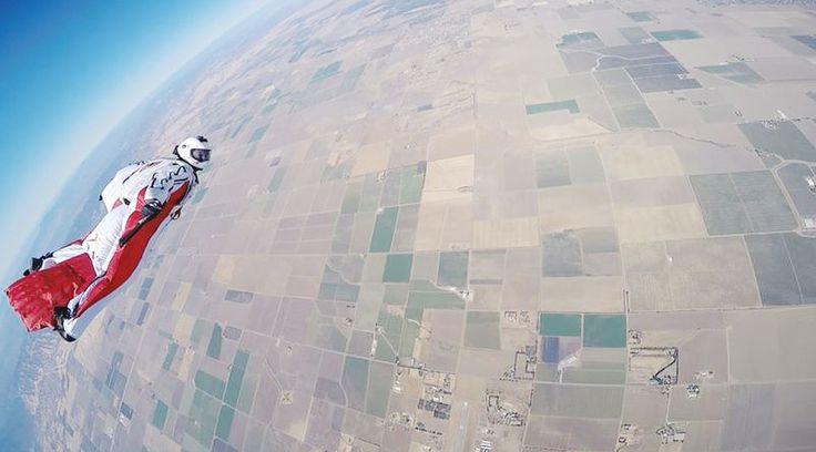 「空を自由に飛んでみたい」と誰しもが一度は思うもの。そんな夢を叶えてくれるのが、カラダ全体を翼のようにして飛行可能にする「ウイングスーツ」。最近、映画やCMでよく目にすることもあるこのウイングスーツには、知られざるトリビアがいっぱい!【トリビアその1】 スカイダイビング経験が ○○回以上も必要?ウイングスーツを着用して空を飛ぶには、最低でも200回以上のスカイダイビング経験が必須だそう。さ...