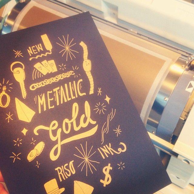 Gouden inkt - Risoprint - Risograph - mimeograph - duplicator - soja inkt - soy - goud - metallic gold - illustratie door Frissetypes - flyer - www.dekijm.nl