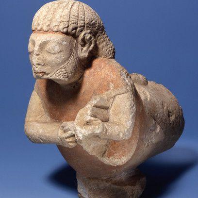 Créature hybride jouant de la lyre, Calcaire, h. 17,2 ; l. 16,5 cm, Découverte…