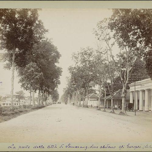Bodjangscheweg in Semarang met rechts het militair hospitaal, anonymous, c. 1870 - c. 1910 - Rijksmuseum