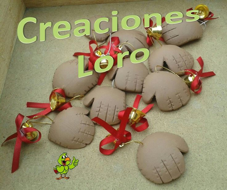 "Esferas navideñas de guantes de béisbol en pasta francesa. Christmas ornaments in baseball gloves polymer clay. Follow us as ""Creaciones Loro"""