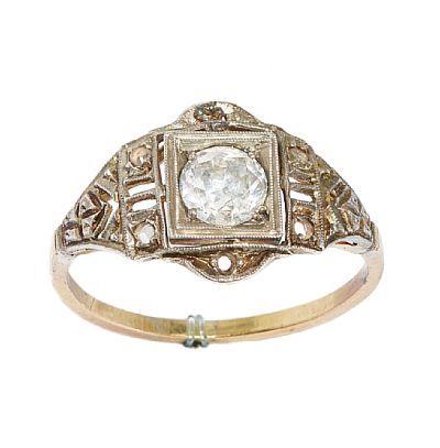 RING  Gull og sølv. 14 K. Fattet med en brilliant 0,55 ct. Fire hvite safirer. Totalvekt: 2,0 g. Ca 1900. Antatt kvalitet: Crystal Pique 1 STØRRELSE 55,5