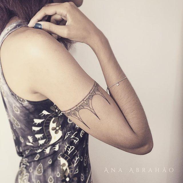 Um bracelete, qualquer semelhança com a Pocahontas não é mera coincidência! Muito obrigada ...  ((Gaarder )) (( thigh )) (( thigh tattoo))