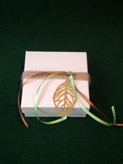 Μπομπονιέρα γάμου εκρού κουτί με χρυσαφί φύλλο