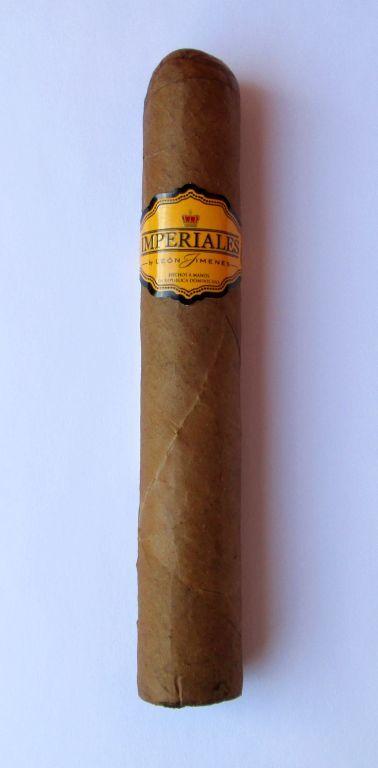 1.) Alaptényezők       Név: León Jimenes   Típus: IMPERIALES CLASSIC ROBUSTO   Hossz:  125 mm   Gyűrűméret: 20mm   Készítése: Kézisodrású.   Holkészült: Dominikai Köztársaság ( La Aurora Cigar Factory )   Magyarországi forgalmazó: Alföld-Tabak Kft.   Ár: 1190,- Ft   Értékelés(1 – 5 -ig):...