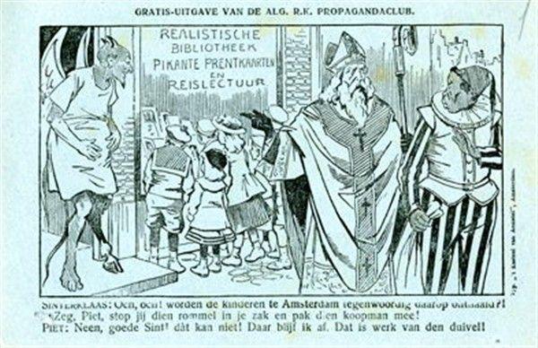 """Spotprent, briefkaart, gratis uitgave van de """"Algemeene R.K. Propagandaclub"""". Sinterklaas zegt tegen Piet: """"Och, Och! worden de kinderen te Amsterdam tegenwoordig daarop onthaald?! Zeg, Piet, stop jij dien rommel in je zak en pak dien koopman mee! Piet:""""Neen, goede Sint! dàt kan niet! Daar blijf ik af. Dat is werk van den duivel!"""""""