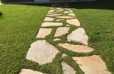 Caminho com pisante de pedra goiana amarela