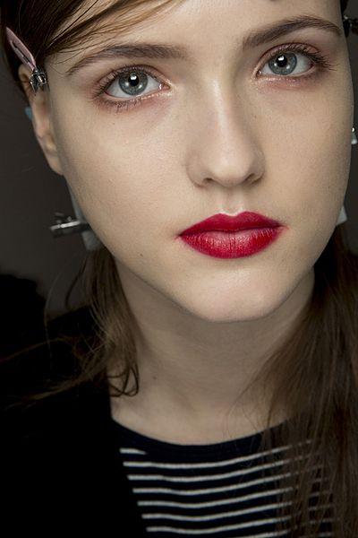 """赤いアイシャドウで作る外国人風アンニュイアイで""""スキのある女""""になるの♡の画像"""