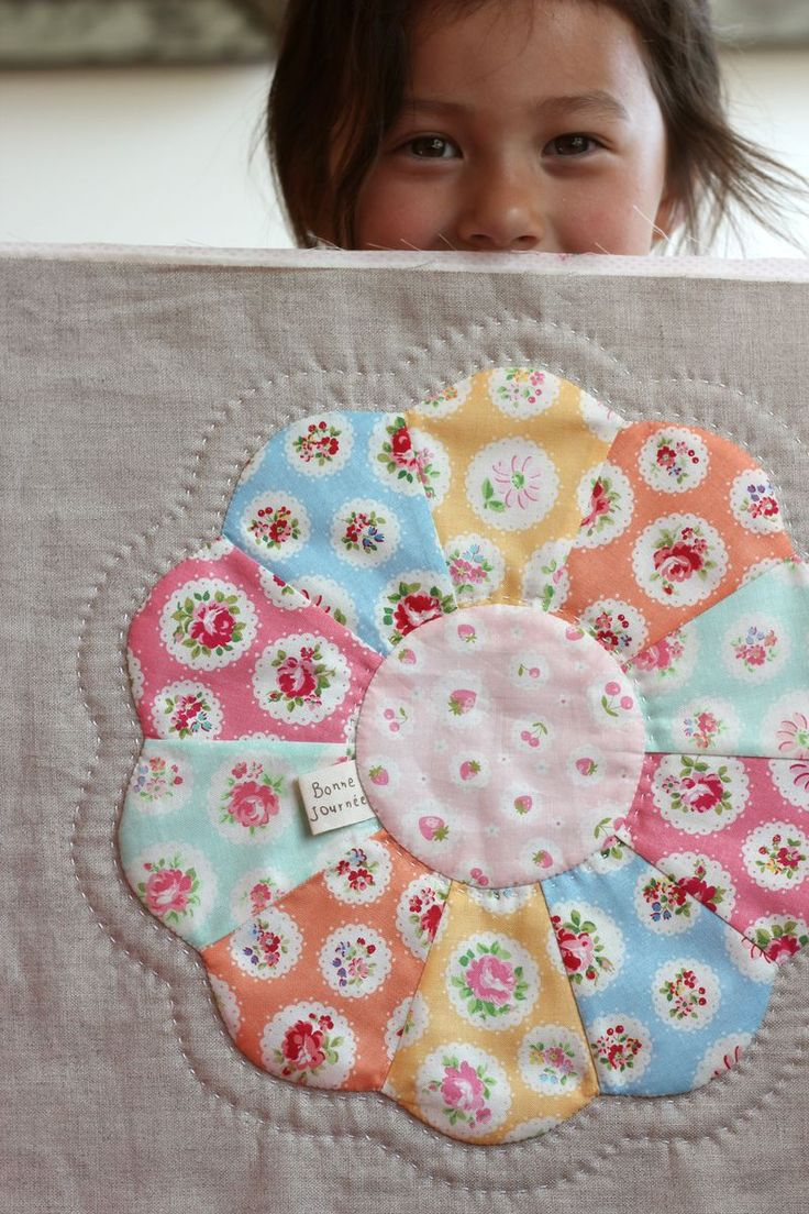 pretty fabrics, quilt border  pattern.  Is this Grandmother's Flower Garden? It looks similar to Dresden Plate but with scalloped edges to form flower petals.