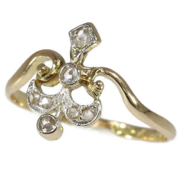 Late Victorian tiara Diamanten gouden ring. Geen minimumverkoopprijs!  Soort juweel: ringConditie: zeer goedLand van herkomst: waarschijnlijk BelgiëStijl: De Late VictoriaanseEra: ca. 1890Materiaal: 18K geel en details in witgoud (zuur getest)Diamanten: Zeven roos geslepen diamanten. We hebben niet het gewicht van deze diamanten die normaal in onze handel is als het gaat om roos bezuinigingen.Gegraveerde: ' 2 J Kenmerken: Geen spoor.Afmetingen: ca. 131 cm (052 inch) x 081 cm (032 inch) - Zie…