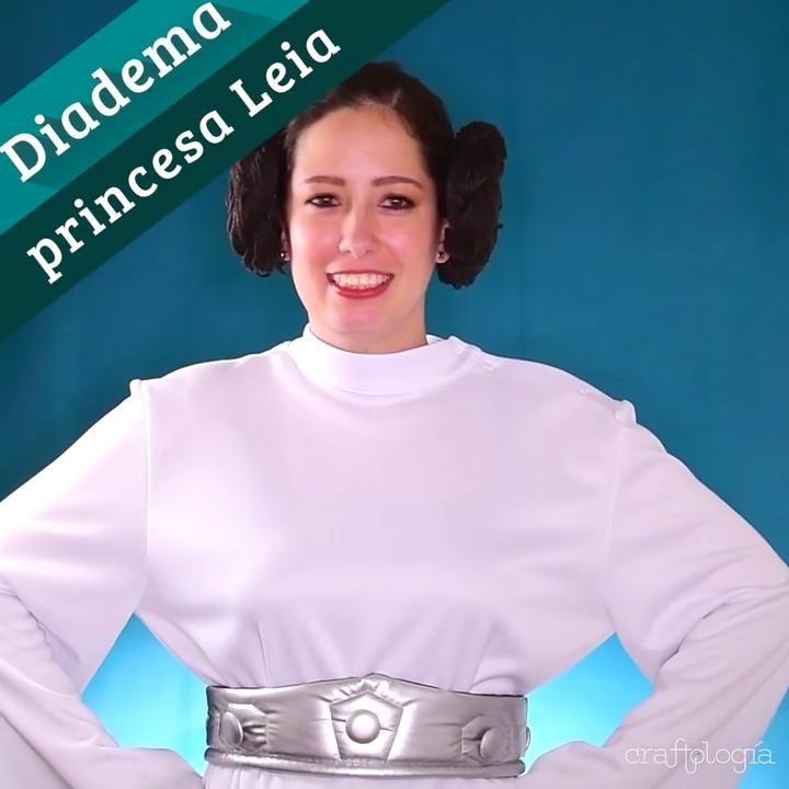 Con este tip podrás hacer el accesorio perfecto para poder hacer tu disfraz de princesa Leia el mejor. De esta manera tendrás el peinado perfecto y de la manera más sencilla. Ruffle Blouse, Sweatshirts, Videos, Sweaters, Tops, Women, Fashion, Plaits Hairstyles, Apparel Design