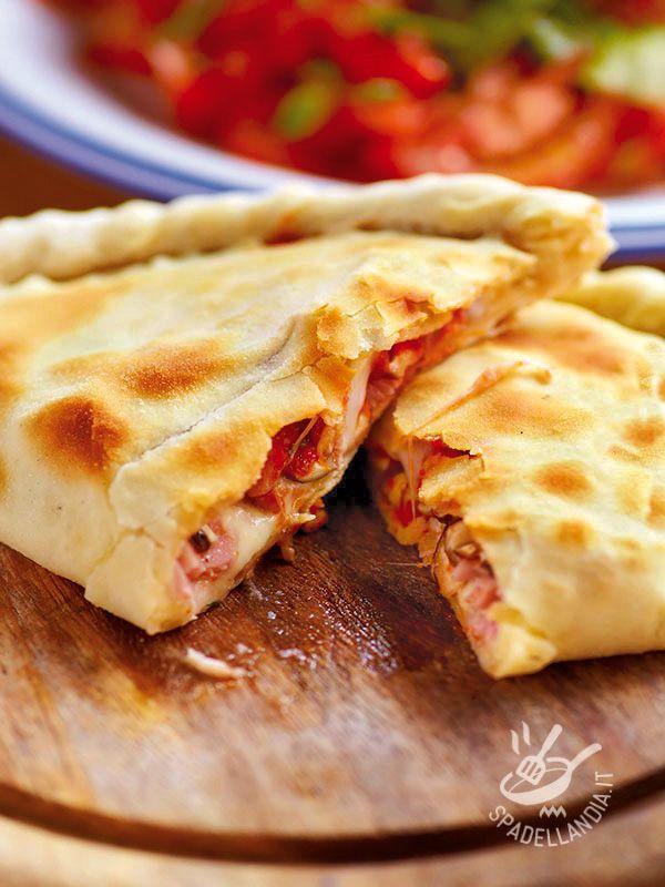 Vi presentiamo sia la versione speedy del gustosissimo Calzone alla scamorza, pancetta e funghi che quella con la pasta preparata, a mano, in casa. #calzoneallascamorza