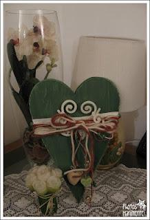 cuore in legno e decorazioni in feltro