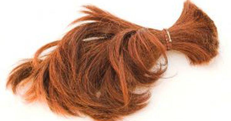 Como fazer cabelo grosso ficar fino. Existem todos os tipos de produtos disponíveis para fazer cabelo fino ficar mais grosso, mas encontrar produtos e métodos para fazer cabelo grosso mais fino é muito mais difícil. Mudar a maneira que você cuida do seu cabelo ou o seu corte de cabelo ajuda muito em fazer seu cabelo grosso parecer mais suave e fino. Combinar técnicas é a melhor ...