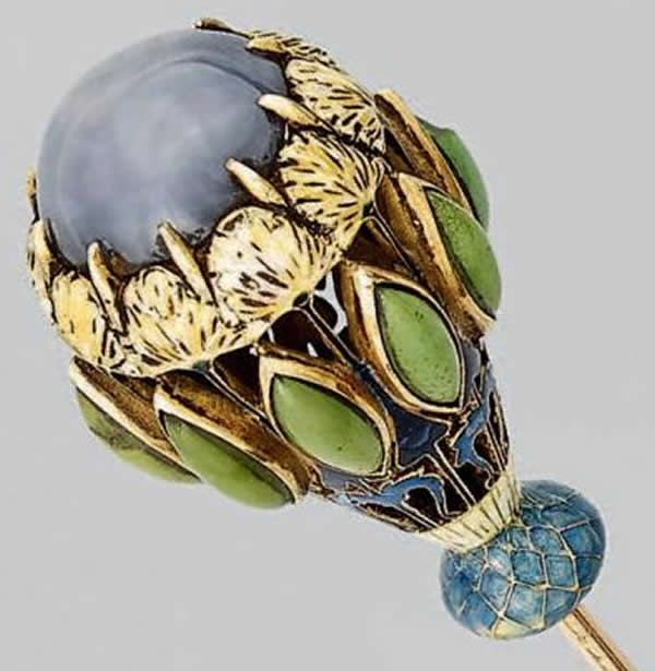 Rene Lalique Stickpin Thistles And Carnations 11 cm long gold, enamel, and sapphire floral almost Russian Crown motif R. Lalique Stickpin Lot 271 Est: €4000 - €6000 Model: Stickpin-106 Circa 1897