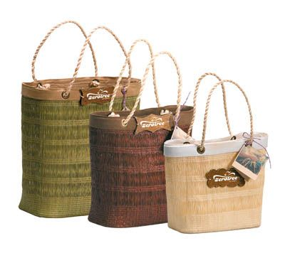 Made from 100% natural palm tree fibres these bags are great for the environment. With jute rope handles, a cotton canvas trim and a 100% recycled cardboard base for added strength. A beautifully handmade bag.