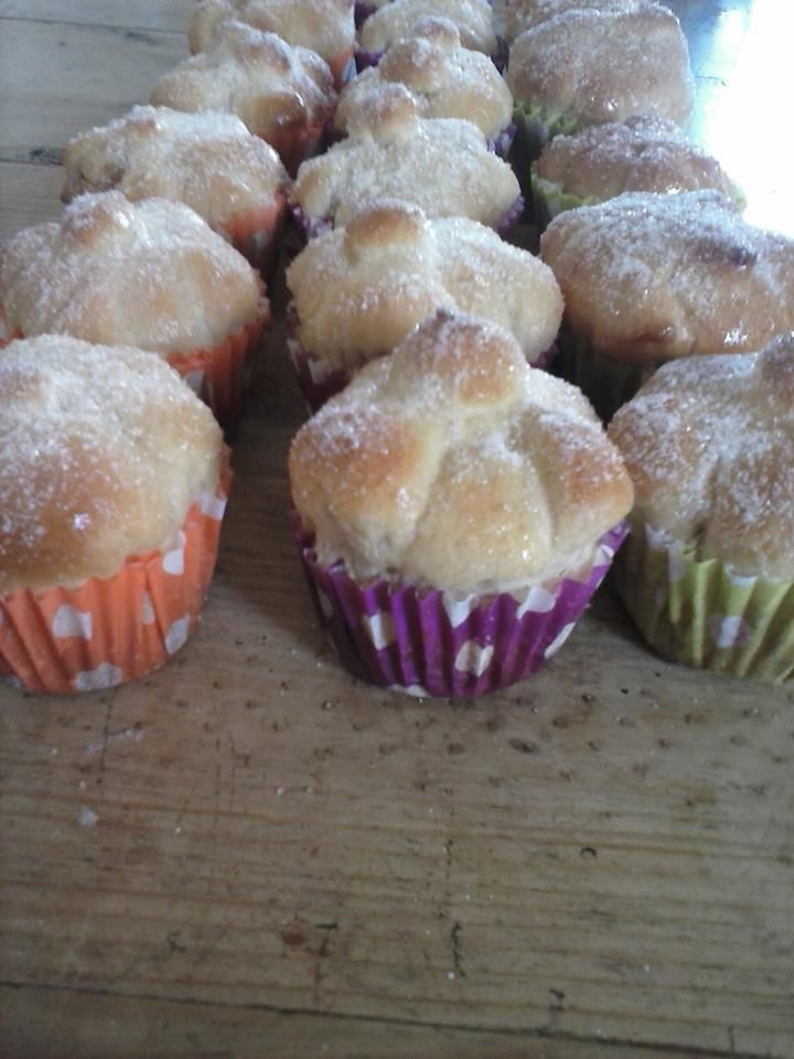 Cupcakes de pan de muerto con ralladura de mandarina y rellenos de dulce de leche Ingredientes: 500 de harina 125 mantequilla pomada 2 huevos 11gr de levadura seca 230 de leche tibia 1 cuc…